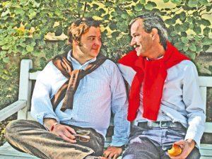 """Carsten """"Erobique"""" Meyer und Jacques Palminger ... sitzen auf einer Bank"""