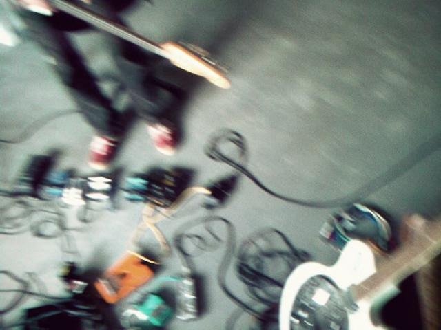"""Huey Walker (rechts) & Bassbees (links) im temporären Werkstattstudio des """"Schaufensterschau""""-Projekts"""