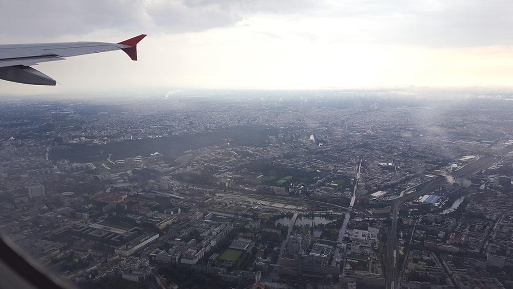Blick aus dem Flugzeug, Blick auf die Tragfläche, Blick auf die Stadt, Blick in die inneren Flugängste