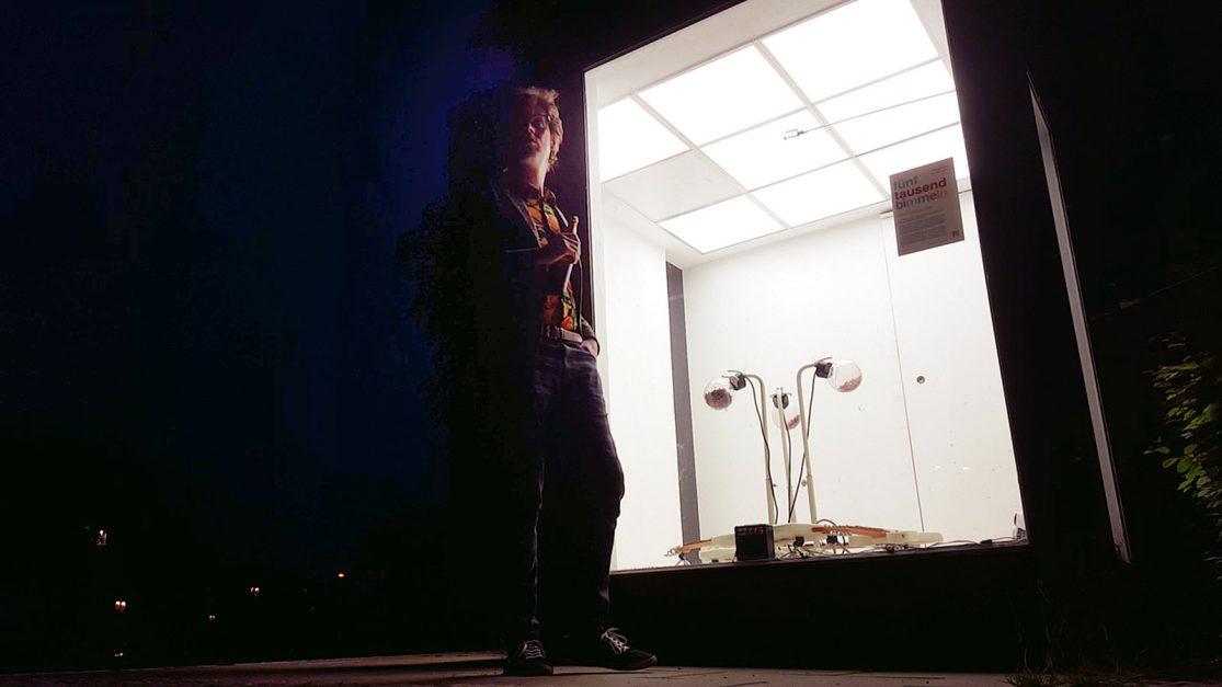 """Huey Walker – """"fünftausend bimmeln"""" (Installation View, Outside)"""