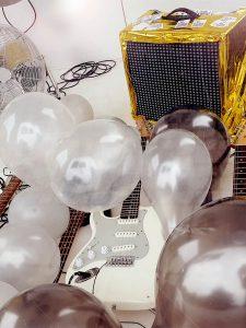 """Huey W alker - """"Ballooons"""" – Installation für Gitarren und Luftballons (Aufbau im Kunstkubus Cubic, Greifswald, 07. September 2018)"""