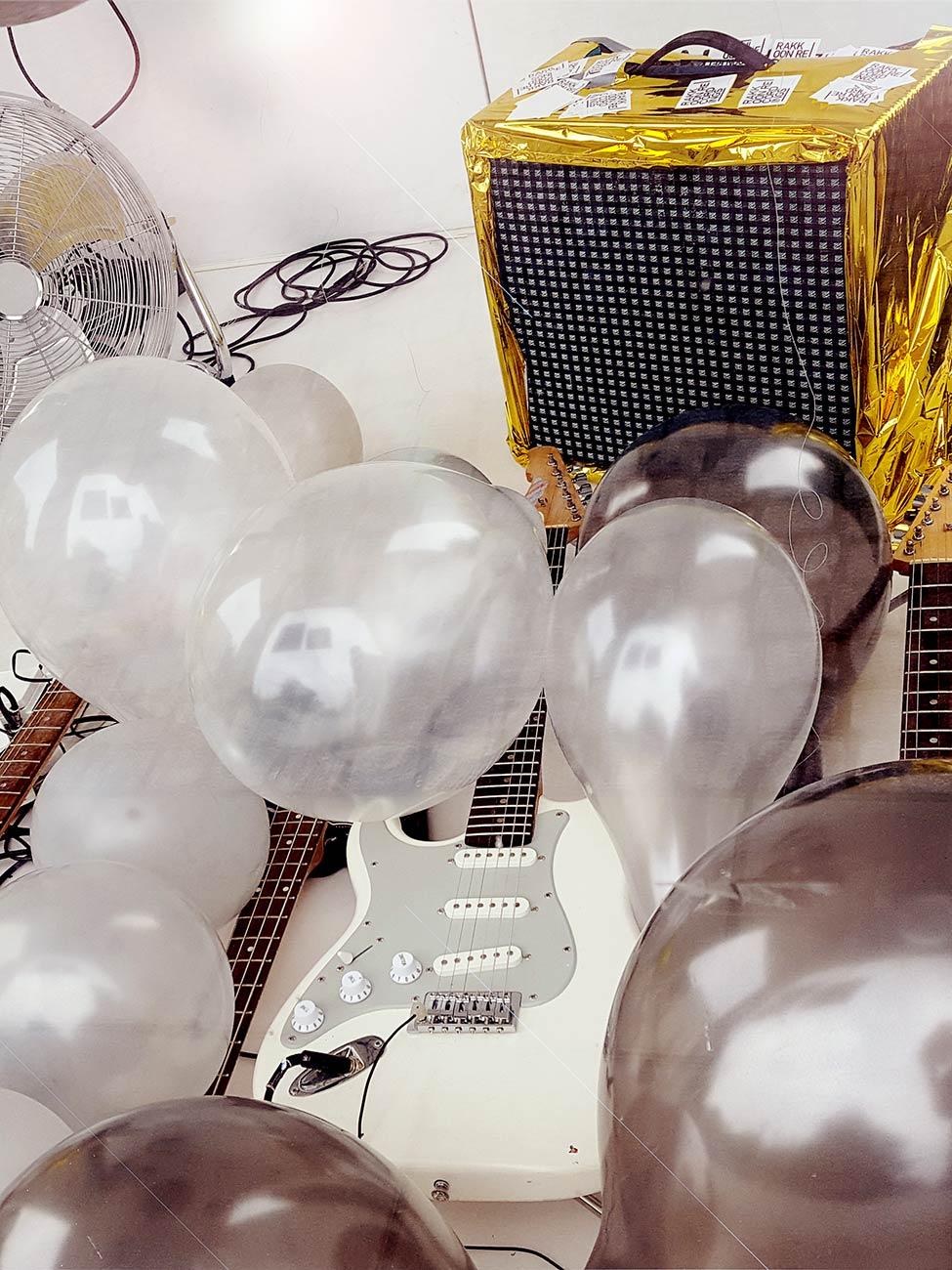 """Huey Walker - """"Ballooons"""" – Installation für Gitarren und Luftballons (Aufbau im Kunstkubus Cubic, Greifswald, 07. September 2018)"""