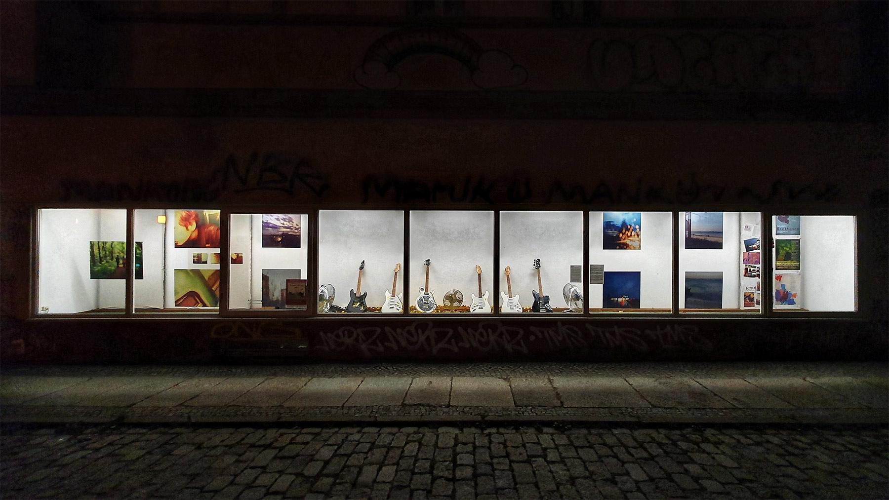 """Nachtansicht der Ausstellung """"Wohltemperierter Lärm"""" von Martin Hiller"""